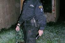 Strážník se služebním psem Nathannem.