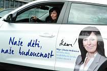 Mostecká zastupitelka a kandidátka ODS Libuše Hrdinová ve vozidle pro senátní volby. Pokud uspěje, chce zůstat ředitelkou školy. Kandiduje i do krajských voleb.