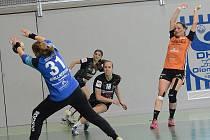 Mostecká brankářka Dominika Müllnerová kryje jeden z pokusů olomouckých hráček v prvním semifinálovém zápase play off.