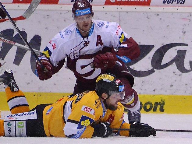 Neúnavný bojovník a kapitán Vervy Michal Trávníček (na ledě) v zápase se Spartou.