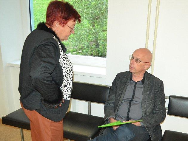 Hana Jeníčková a Jan Hašek čekají na hlavní líčení na chodbě Okresního soudu v Mostě, středa 5. října.