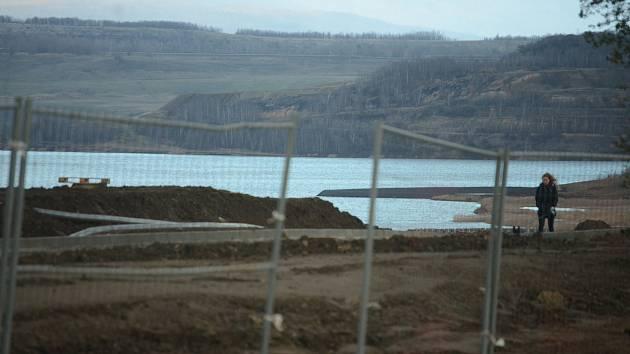 Jezero Most je stále zavřené, ale krajina se staveništi láká k procházkám. Snímek z roku 2018