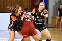 Veronika Šípová (vpravo) s Janou Šustkovou pracuje v obraně v zápase s maďarským Debrecínem.
