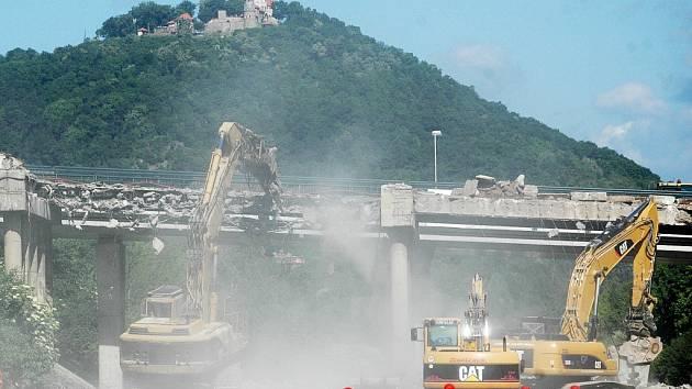 Demolice mostu nad silnicí I/13 v Mostě.
