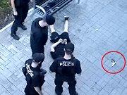 Zadržený muž s pistolí.
