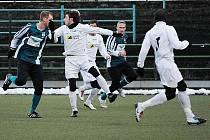 Mostečtí fotbalisté (v bílém) doma porazili Chomutov 2:0. Obě branky dal Karel Franěk.