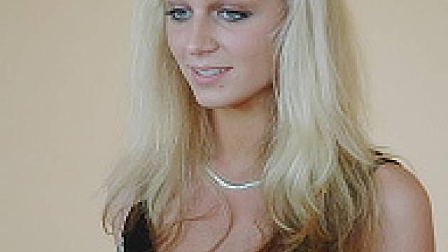 Veronika Kašáková. Je jí 17 let, je z dětského domova ve Vysoké Peci u Chomutova, studuje pedagogickou školu v Mostě. Ráda lyžuje, tančí, hraje na klavír a kouká na televizi. Po škole by chtěla pracovat v dětském domově. Věnuje se břišnímu tanci.