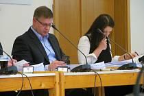 Daniel Volák s Helenou Zemánkovou Týřovou na zasedání litvínovského zastupitelstva ještě jako členové ODS. Od úterka už jsou oba politicky nezávislí a kandidovat budou za Hnutí Otevřená radnice.