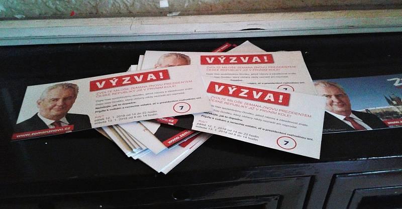 Volební reklama na Miloše Zemana se na poslední chvíli objevila v Mostě v jednom paneláku.