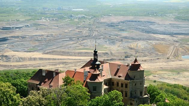 Krušnohorský zámek Jezeří stojí nad šachtou u Horního Jiřetína