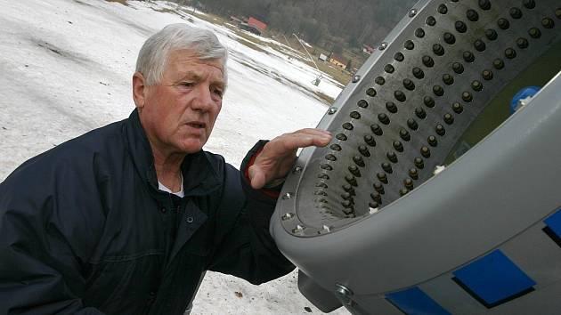 Provozovatel vleků v Českém Jiřetíně Richard Sedláček, který je v obci zároveň i místostarostou kontroluje jedno ze sněhových děl na sjezdovce u kostela.