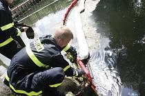 Hasiči v řece Bílina u Mostu po jedné z havárií v roce 2012.