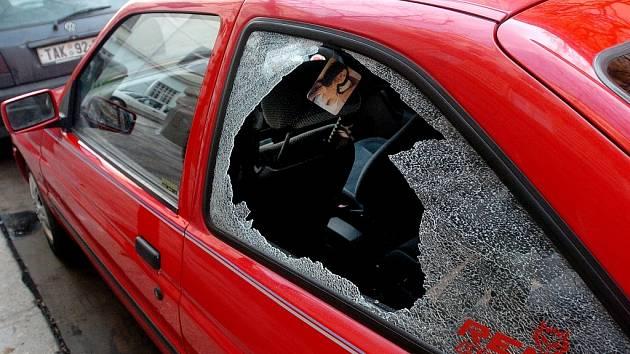 Vykradené auto. Zloděj rozbil okno.