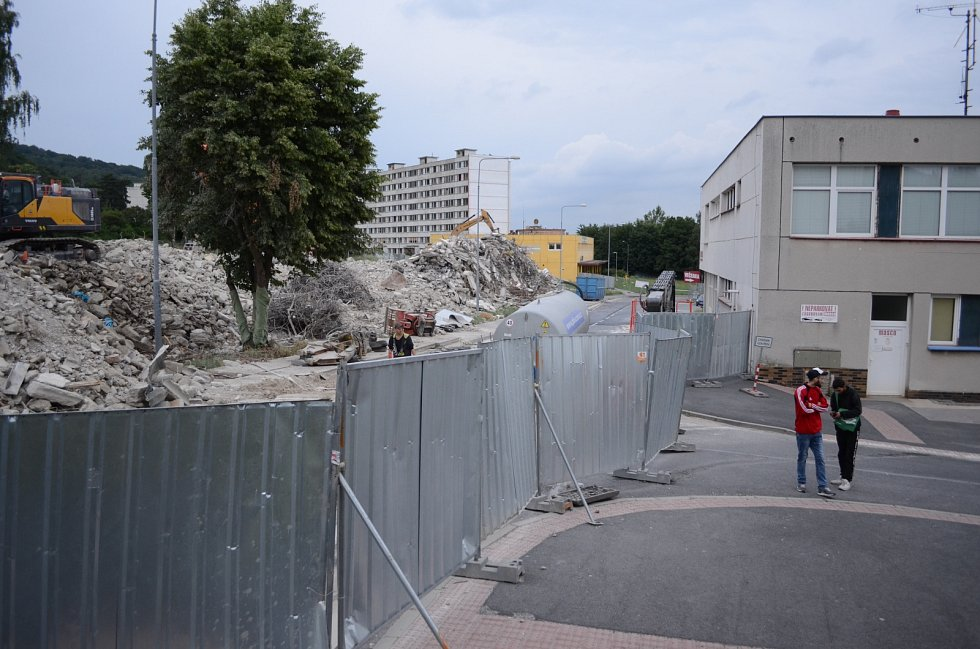 V Janově skončila první etapa demolice vybydleného paneláku. Dům už nestojí, suť se bude drtit