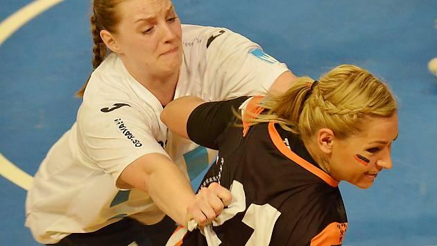 Simona Szarková (v černém) v minulé sezoně v souboji s Porubou.