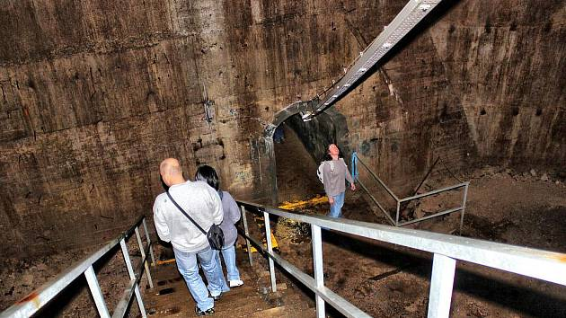 Návštěvnici uvnitř duté betonové hráze vodního díla Fláje.