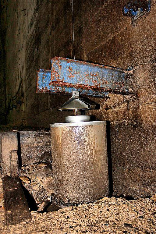 Uvnitř duté betonové hráze vodního díla Fláje.