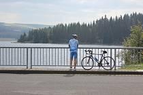 Na hrázi Flájské přehrady v Krušných horách.