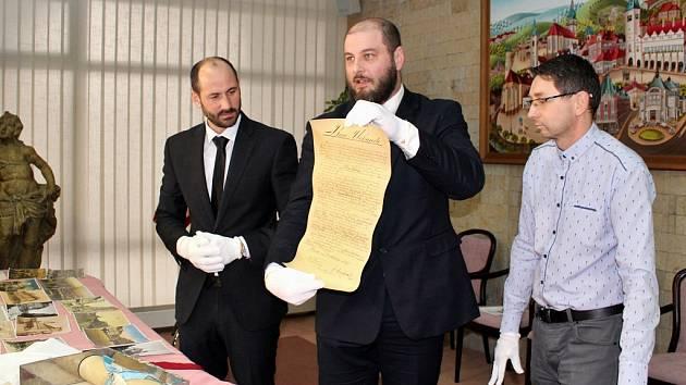 Otevření schránky se chopili ředitel muzea Michal Soukup (uprostřed), mostecký primátor Jan Paparega (vlevo) a ředitel archivu Martin Myšička (vpravo).
