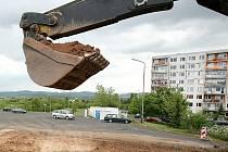 Výstavba parkoviště na sídlišti Liščí Vrch, teď se tam už parkuje a platí.