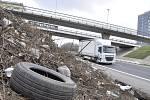 Údržba silnic odhalila na průjezdu Mostem velký nepořádek.