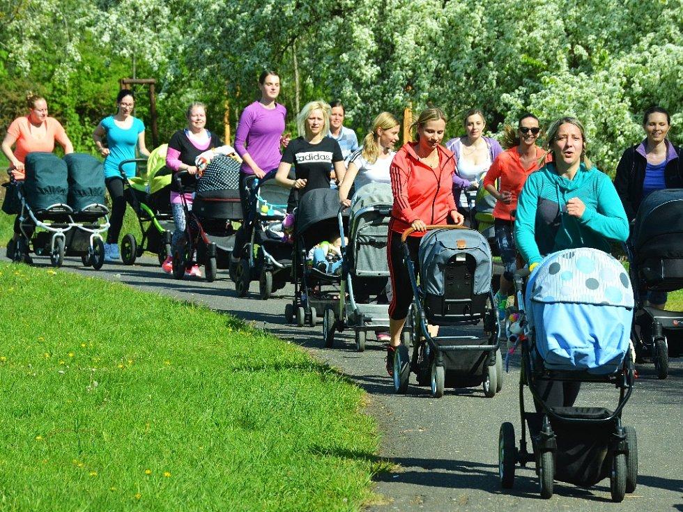 FITMAMI. Maminky běhají s kočárky v parku Šibeník v Mostě. Předtím posilovaly na hřišti.