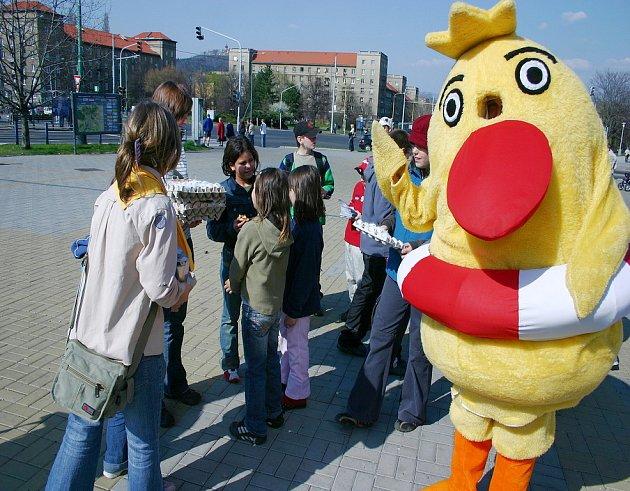 """Skauti spolu s maskotem """"Velikonočním kuřátkem"""" rozdávali v ulicích města dárečky."""