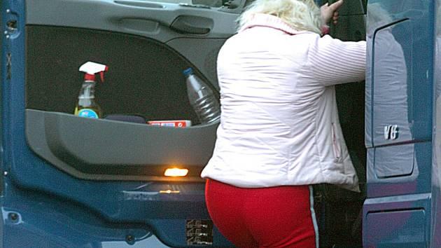 Prostitutka nastupuje do kamionu.