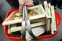 Plný košík na Burze knih v Mostě.
