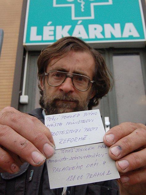 Petr Müller rozdává v ulicích města vizitky s adresou ministra zdravotnictví. Rozdal jich už zhraba sedm desítek.