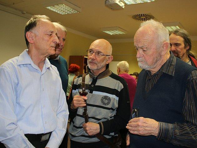 Manfred Hellmich (vlevo) diskutuje během vernisáže sjejími návštěvníky.