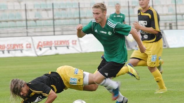 Fotbalisté Mostu (v zeleném) jdou v poháru dál.