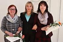 Ocenění převzaly i učitelky ze ZŠ speciální a praktické Lenka Hrušková (vlevo), ředitelka školy Eva Sekyrková (uprostřed) a Petra Kroupová