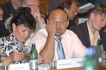 Zastupitelka a známá dětská lékařka Alena Dernerová (SNK) sedí v druhé řadě vedle Táncoše (ČSSD).
