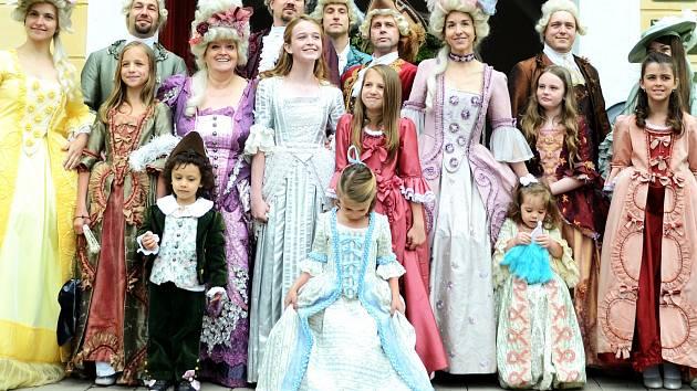 Valdštejni u svého zámku v Litvínově. V kostýmech feudálů jistě poznáte známé tváře, herce Docela velkého divadla.