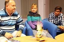 Jeden z nejoblíbenějších českých zpěváků strávil svůj čas před vystoupením s dětmi z mosteckého dětského domova. Měly možnost se s Michalem Davidem vyfotit a položit mu několik otázek. Poté předaly zpěvákovi dáreček, který pro něj vyrobily.