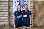 Zleva Veronika Dobiášová a Veronika Brožkovcová jako zástupkyně Vysoké školy finanční a správní v Mostě.