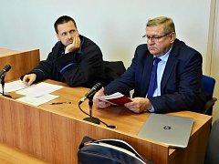 Bývalý radní Jiří Zelenka (vpravo) u mosteckého soudu