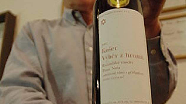 Mostecký vinař Ivan Váňa se svým výrobkem.