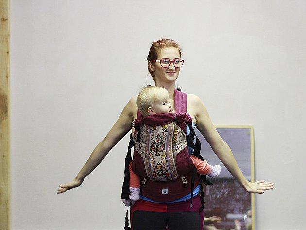 Cvičitelka Dominika Nosková sdcerkou.