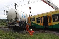 U Lomu se srazil osobní vlak s nákladním autem.