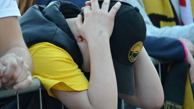 Fanoušci na litvínovském náměstí při šestém finálovém zápasu. Převládal smutek.