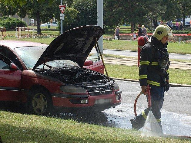 Opelu shořel v Mostě motor. Zásah hasičů si vyžádal uzavření mostecké dopravní tepny.