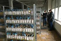 Zaměstnanci Eduardu přesunují nepoškozené zboží do náhradní lokality.
