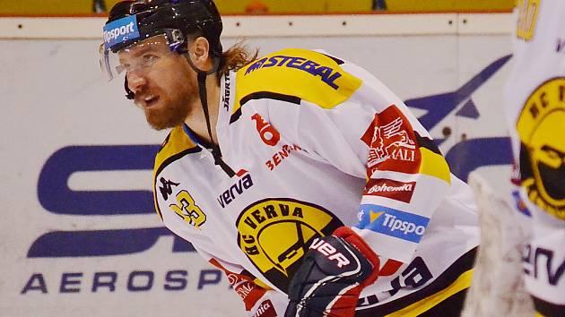 Hokejista Lukáš Kašpar v zápase s Libercem.
