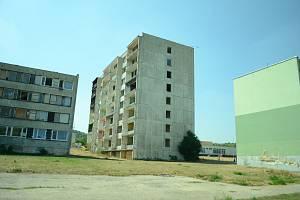 Vybydlený blok 3 v Chanově (uprostřed) se bude letos na podzim bourat. Město demolici zaplatí ze svého, protože dotaci nedostalo.