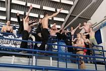Fanoušci hokejových Mosteckých lvů při fandění na stadionu.