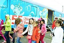Spokojení žáci 1. ZŠ Most opouštějí kinosál v Kinematovlaku.