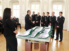 Předávání medailí za věrnost hasičskému záchrannému sboru.