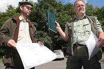 Lesníci představují desetiletý lesní hospodářský plán, podle kterého probíhá těžba dřevin. Mostečané se o pokácené stromy báli. Do dvou let je ale nahradí nové.